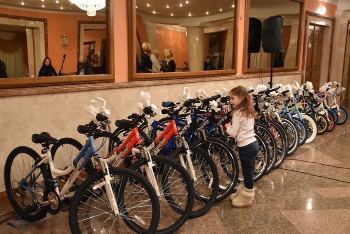 У Луцьку діти, батьки яких загинули в АТО, отримали від Миколая в подарунок велосипеди