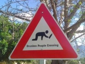 У Румунії дорожні знаки попереджають про п'яних пішоходів