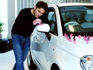 Англієць перефарбував авто в рожевий колір лаком для нігтів