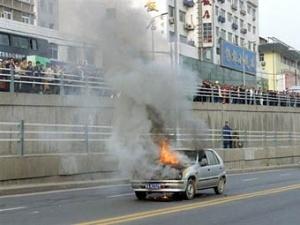 """Жінка розвела під машиною багаття, намагаючись """"розігріти"""" двигун"""