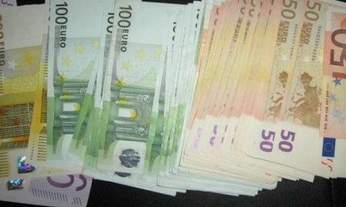 Француз ховав під килимком контрабандну валюту