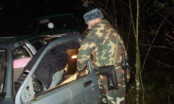 Втікаючи від прикордонників, контрабандист розбив 18 пляшок горілки