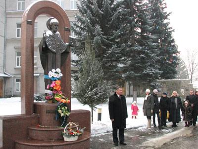 Вандали познущались над пам'ятником Святому Миколаю
