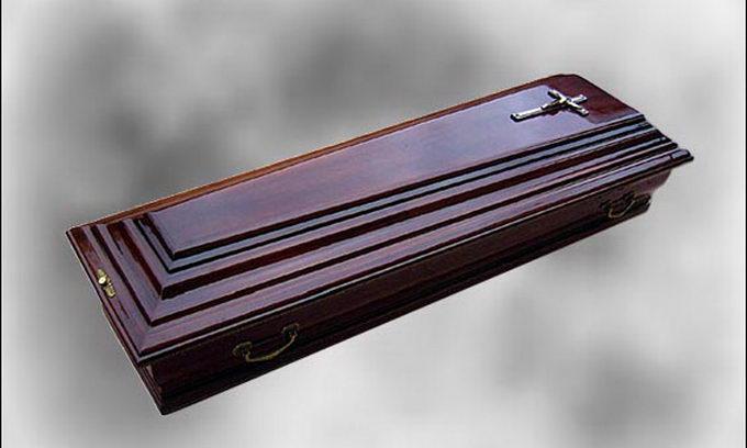 Жінка через кілька годин після смерті «прокинулась» у труні