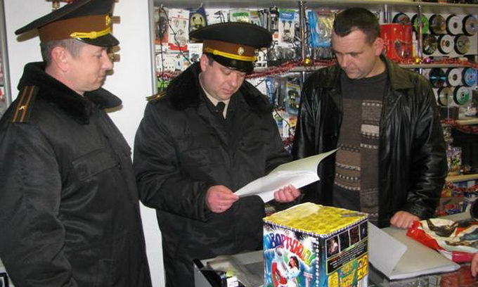 Рятувальники перевіряють торговців піротехнікою