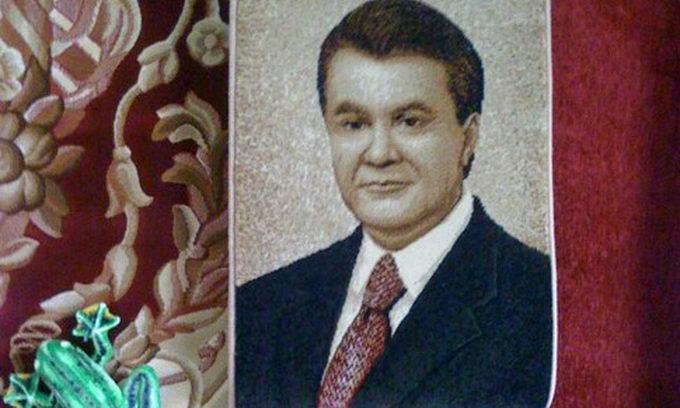 З Віктора Януковича зробили килимок