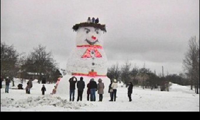 Латвійці виліпити 8-метрового сніговика з оглядовим майданчиком