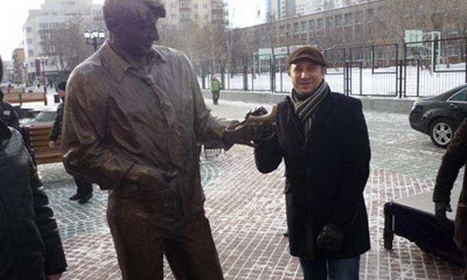 Фанати серіалу «Щасливі разом» встановили монумент Гені Букіну. ФОТО