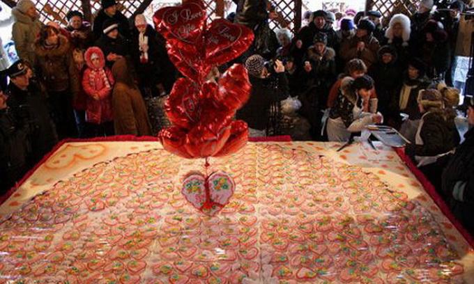 У Севастополі спекли 240-кілограмову валентинку