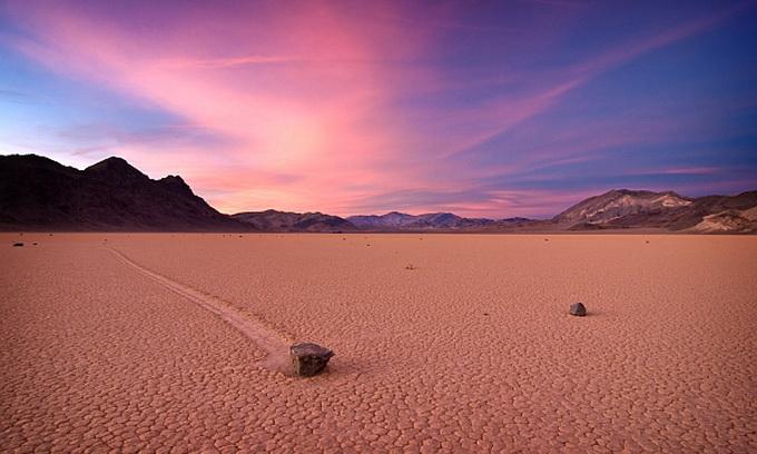 Камені в Долині Смерті сковзають по льоду