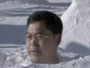 Напівголий китаєць 46 хвилин просидів в снігу