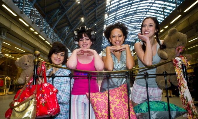 Дівчата у піжамах валялись на ліжку посеред вокзалу