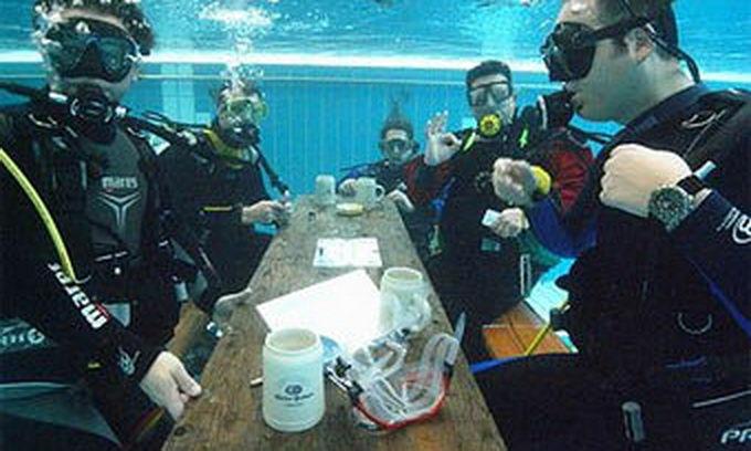 Дайвери 36 годин грали в карти під водою