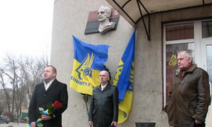 У Луцьку поклали квіти до меморіальної дошки В'ячеславу Чорноволу