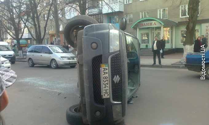 Центр Луцька перекрив перевернутий джип