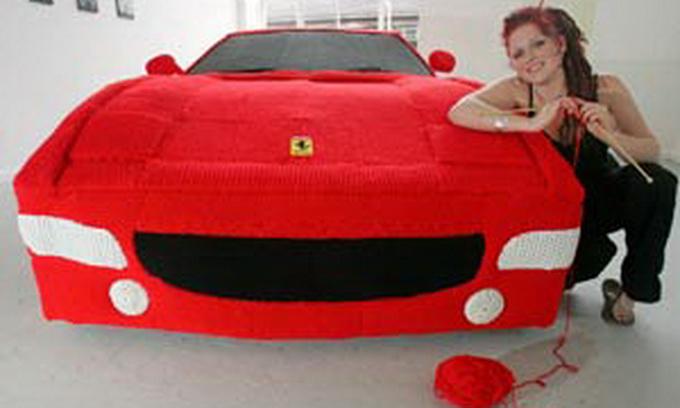 Студентка зв'язала «Ferrari» в натуральну величину