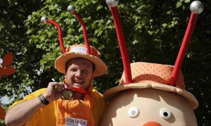 Британець 26 днів долав марафон у костюмі равлика