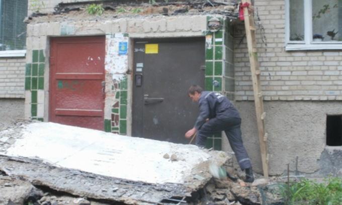 У луцькій багатоповерхівці обвалився бетонний дашок