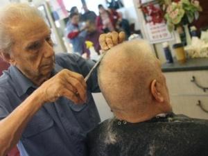 Найстаріший в світі перукар обслуговує в день 30 клієнтів