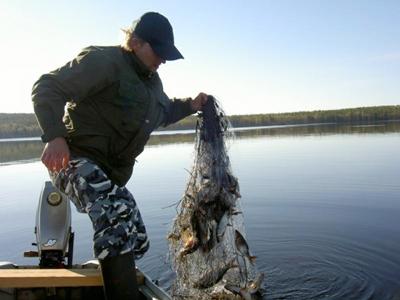 Під Луцьком затримано трьох рибних браконьєрів на човнах