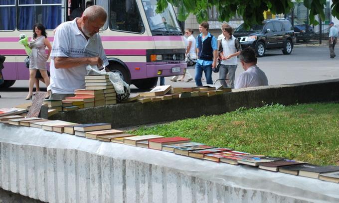 З Театрального майдану Луцька приберуть книжковий секонд-хенд