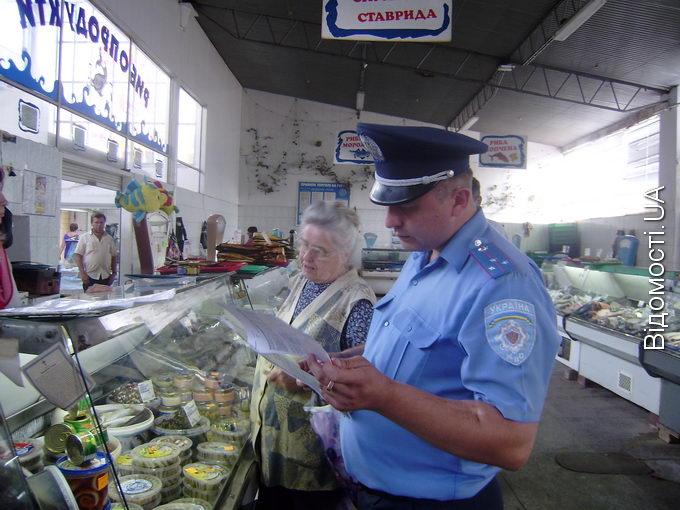 Продавчині риби на Старому ринку втікають від ветеринарних інспекторів