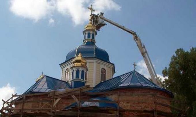 Встановити хрести на куполах двох храмів допомогли рятувальники