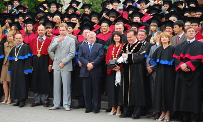 Випускники ВНУ урочисто отримали дипломи магістрів