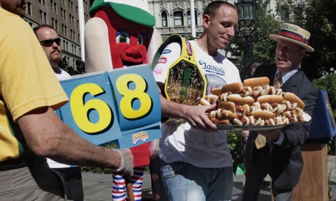 Чемпіон світу зі швидкісного поїдання хот-догів уп'яте підтвердив свій титул