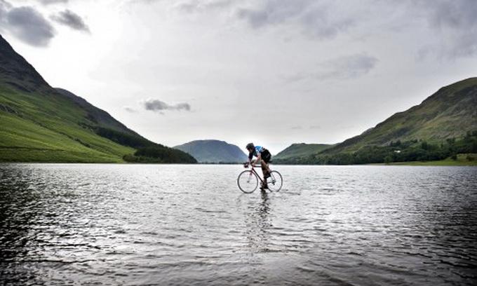 Британський підліток проїхав озеро на велосипеді