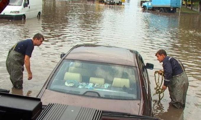 У Луцьку рятувальники визволили з водяних заторів 16 автомобілів