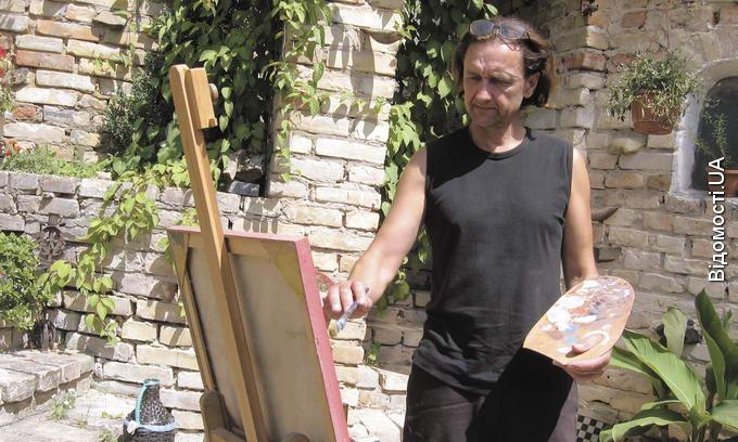 Художник із Луцька заробляє на життя, реставруючи картини у Празі