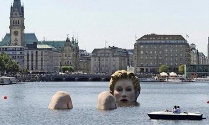 В озеро Гамбурга занурили 30-метрову блондинку
