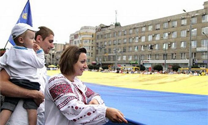 В Івано-Франківську розгорнули рекордний синьо-жовтий стяг