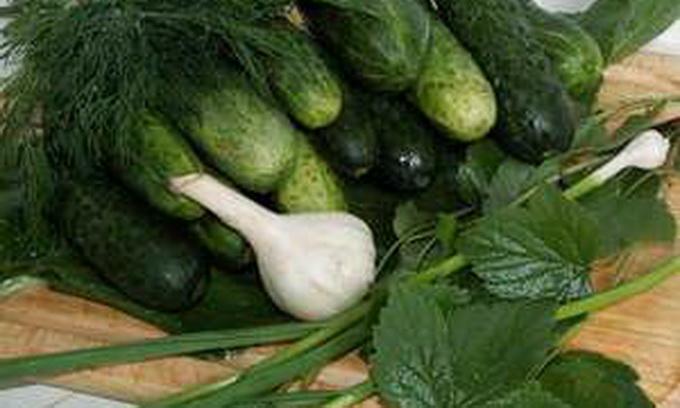 У двох магазинах Луцька вилучили нітратні огірки і цибулю
