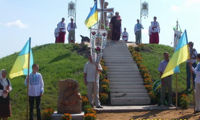 У Гіркій Полонці освятили хрест на козацькій могилі