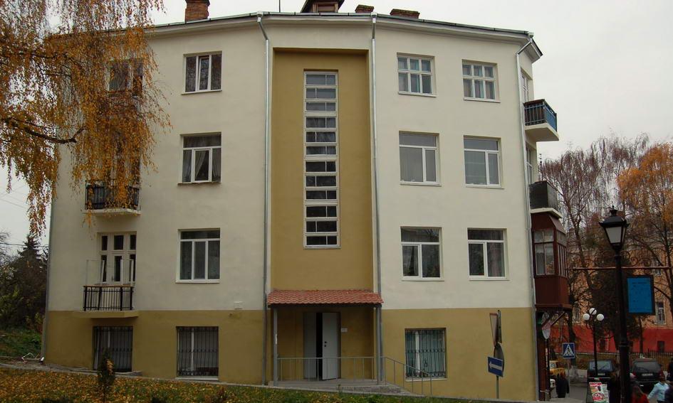 Мешканці багатоповерхівки просять доремонтувати фасад