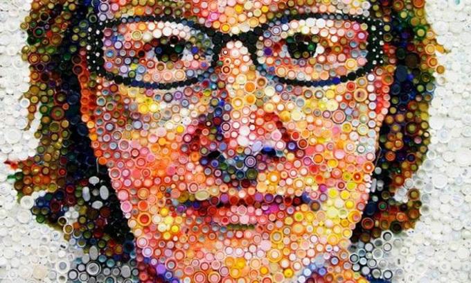 Американка створює картини з кришок від пляшок