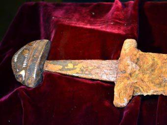 Рибалка витяг з Дніпра меч, що міг належати князю Святославу