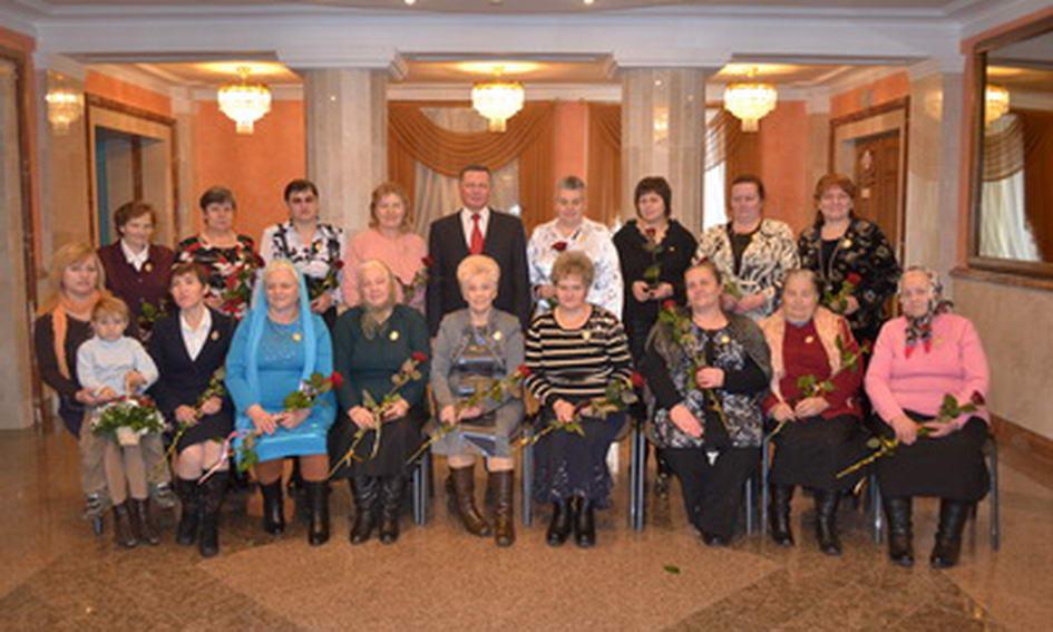 19 лучанок отримали посвідчення і медалі «Мати-героїня»