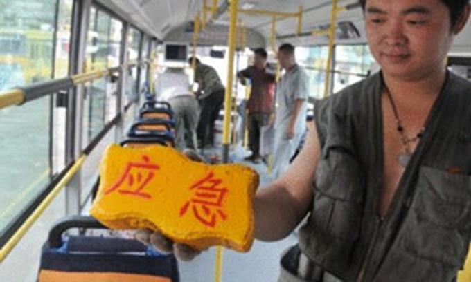 Китайці укомплектували автобуси цеглинами