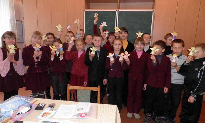 Для діток з особливими потребами бібліотекарі подарували солодощі та книги