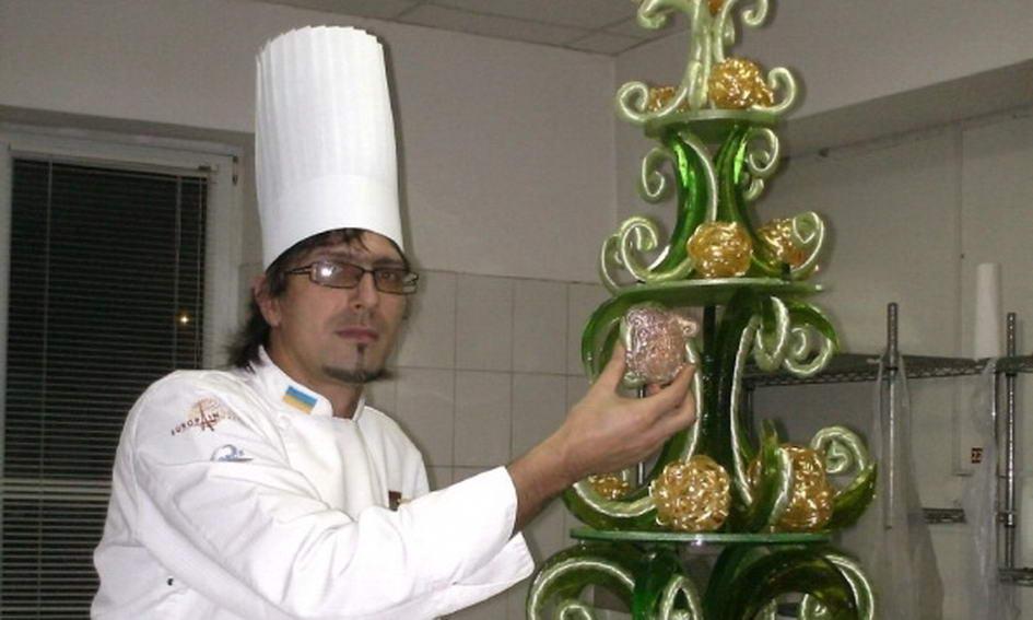 Ужгородський кондитер створив ялинку з карамелі