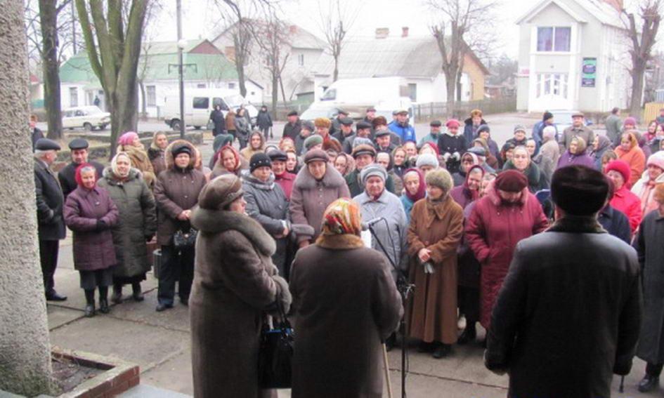 «Чорнобильці» у Маневичах вимагають виплати грошей, інакше підуть на владу з вилами