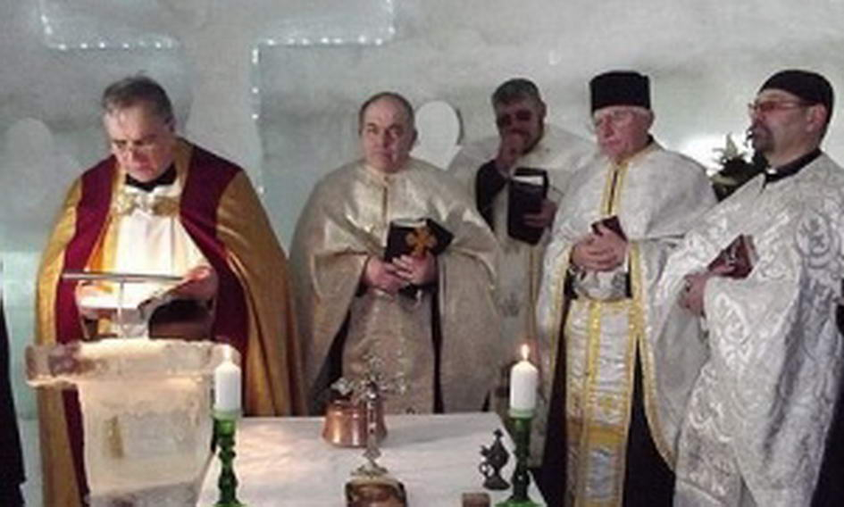 У румунських горах збудували крижану церкву