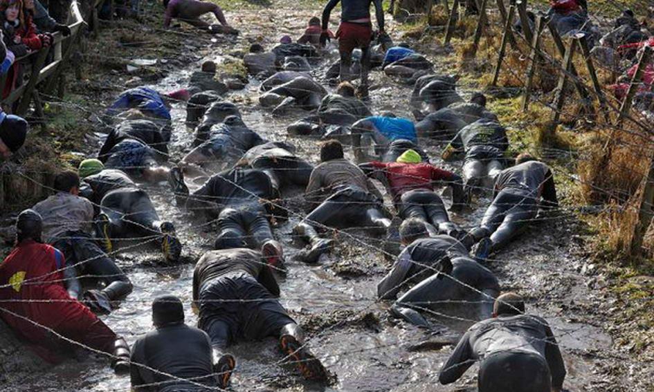 Британські чоловіки 12 км повзали у багнюці