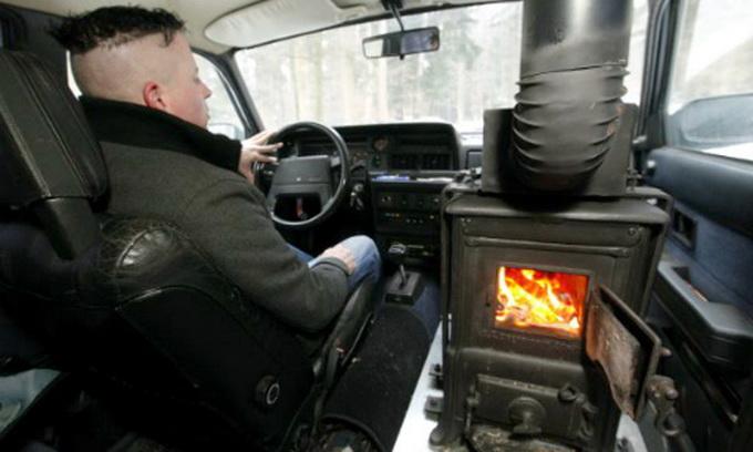 Швейцарець обладнав свою машину дерев'яною пічкою