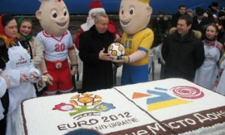 Донеччани з'їли 200-кілограмовий євро-торт