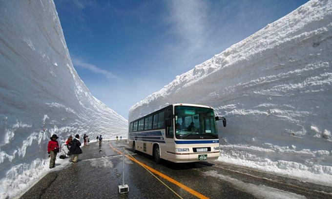 В Японії існує дорога, яку щороку чистять від 20-метрового шару снігу