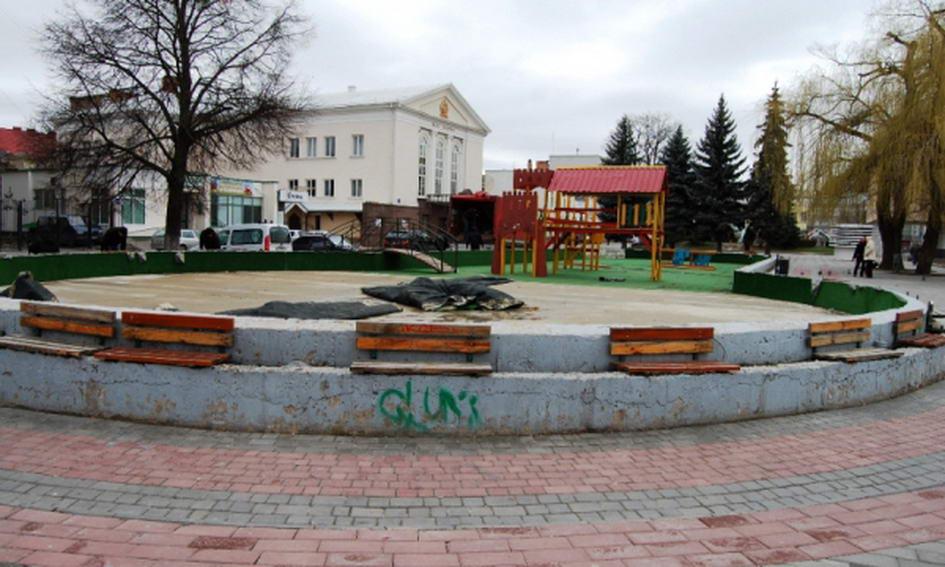 З Театрального майдану Луцька прибирають дитяче містечко